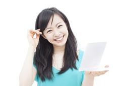 卒業アルバム写真で人生の「幸福感」を予測 幸せになれる「本物の笑顔」とは?