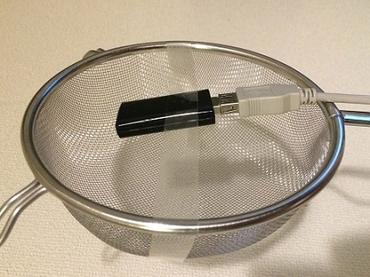 【やってみた】料理用の水切りザルで、WiFi電波強度を上げる!? 誰も知らない「ザル」の使い方