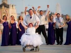 全身の骨が折れた花嫁 ― 身長110cmのレベッカが歩いた、感動のバージンロード