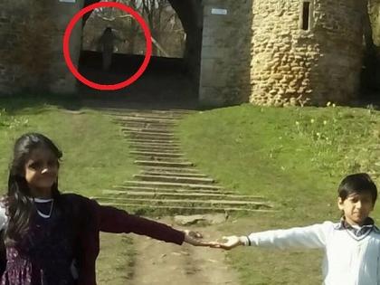 """母親「どうしよう、幽霊が写っているわ!」ハッキリと写り込んだ""""空中を彷徨う女""""の心霊写真!!=イギリス"""