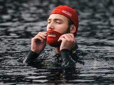 あご髭のある人用の水泳帽が登場!