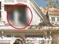 """呪われた物件の窓にへばりつく""""幽霊の手""""!? ストリートビューが捉えた戦慄の光景=米国"""