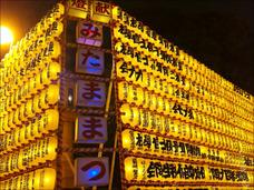ジャニオタの落書きも…! 靖国神社「みたままつり」に外国人たちが「ガッカリ」