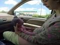 走行中の車内で自力出産する女性の衝撃動画! 圧倒的な母の強さに感動がこみ上げる!!