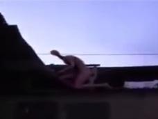 """【衝撃映像】民家の屋根上に""""全裸の宇宙人""""出現!! 長い首と手足、ピンク色の肌…ヤバ過ぎる姿!"""