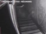 【衝撃動画】閉店後のバーを彷徨う幽霊!? 頭部と肩がクッキリ!!