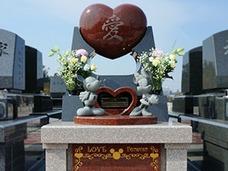 """ミッキー、りんご、ピンポン球……! 墓石の個性を競うコンテストが""""キラキラ""""すぎる!!"""