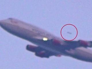 【衝撃UFO動画】旅客機に急接近、猛スピードで追い抜いたUFO!!