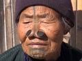 """アパタニ族の""""刻まれた""""老女 ― 封印された「女性が醜くなるための」奇習とは?"""