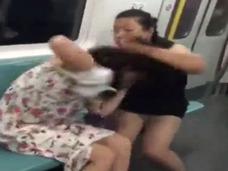 獰猛すぎるオバタリアンが少女の服を引きちぎり、半裸に!! 中国地下鉄で「キャットファイト」が多発中