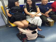 中国農村の子どもたちが、夏休みに北京の地下鉄で物乞いアルバイト「学費や生活費を稼ぐため……」