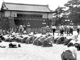 終戦の日の皇居前土下座写真は、やはり「捏造・ヤラセ」だった!? 朝日新聞による陰謀説!!