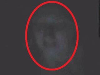 【心霊写真】「女が床からぬぅっと姿を現して…」キャンドルを見つめる美女幽霊を館長が激写!=イギリス
