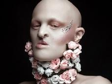 歯も爪も毛もない「無毛のファッションモデル」 ― 独創的な異型の美