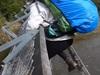 【衝撃映像】渡っている最中に吊り橋が崩落する瞬間! 川に落下するまでが恐ろしすぎる!!
