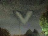 同時多発的に出現した「完全にV字型」の雲! フェニックス・ライトか!?