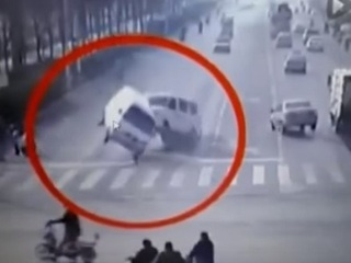 【怪動画】複数の自動車が突然、宙に浮いた!! 謎のエイリアンの姿も写り込む!=中国