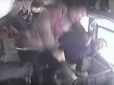 【閲覧注意】人形のように吹き飛ばされる乗客…!! 14人が死傷したバス横転事故の瞬間が悲惨すぎる=中国