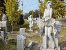 広大な敷地に石像、石像、石像で3,000体! 増殖を続ける「大岩顔彫刻公園」