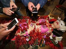 ビキニ女性の素肌の上にウジャウジャと……中国のレストラン開店記念で「ザリガニ女体盛り」