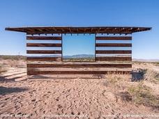 砂漠に佇む摩訶不思議な「鏡の家」 ― 景色と太陽の光で変化する廃屋