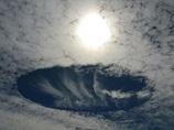雲にぽっかり空いた巨大な穴!! UFOか、自然現象か!?