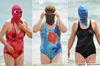"""いったいなぜ……あの中国""""覆面マスク""""おばちゃんが、寒中水泳に登場!"""