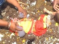 牛糞の山に放り込まれる子どもたち ー べトゥル村の無慈悲な風習=インド