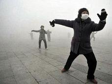 """PM2.5もお構いなし!? 広場で踊り狂うおばちゃんと、""""早死に覚悟""""で働く出稼ぎ民たち"""