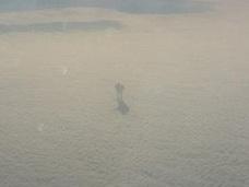 """「雲の上の巨人」が飛行機から激写される! 高度9,000m上空で""""仁王立ち""""する姿に衝撃"""