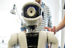 荷物持ちロボットを連れている男性が中国で目撃!