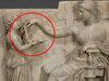 """古代ギリシャ人は""""ノートパソコン""""を使っていた!? USBポートまでクッキリの驚愕彫刻!"""