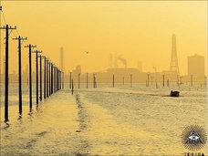 【奇景】入水自殺者の足取りを辿るかのよう? 丘から海へと立ち並ぶ海中電柱群(千葉県)
