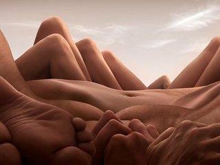 ダリを超えた!? 男女の裸体が織りなす風景写真が超絶シュール!