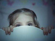 寝ている子どもの隣で夫婦がセックスすることは児童虐待か? 専門家も参戦して議論紛糾!=英