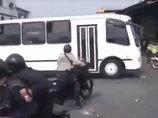 【閲覧注意】デモ参加者の学生、警察官2人を大型バスで迷わず轢き殺す=ベネズエラ