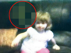 あまりにも恐ろしい! 2歳幼女の背後に出現した「魔女の霊」の表情に世界が凍りつく