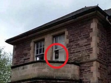 廃墟の精神病院に患者の霊が出現! 窓から睨みつける表情が恐ろしすぎる=英