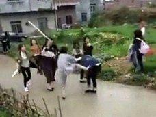 """【動画あり】少女グループの抗争か? 総勢20名の""""スケバン""""少女たちが、鉄パイプ片手に大立ち回り!"""