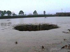 魚25トンと池の水を一瞬で吸い込んだ巨大陥没穴が出現! UFOの出入口か!?=中国