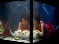 世界初の水中バンド「AquaSonic」がカッコよすぎる! 構想10年、巨大水槽で5人が演奏する異様なパフォーマンスを見よ!