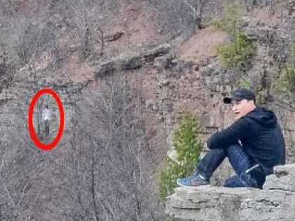 """【心霊写真】遭難者の幽霊か、それとも…!? 断崖絶壁にぶら下がる""""首吊り死体""""に戦慄"""