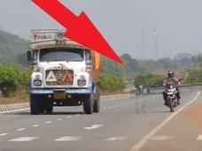 """地縛霊か!? 高速道路を横切る""""ヒールを履いた""""女の幽霊が激写される!=インド"""
