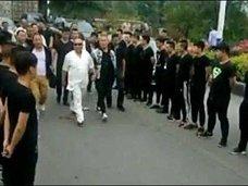 出所するボスの出迎えに120名の構成員が集結! 中国マフィア vs 警察「仁義なき戦い」