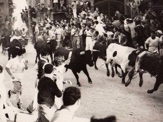 【【閲覧注意】牛追い祭りでの悲劇 ― 牛に吹き飛ばされ、命が途絶える瞬間