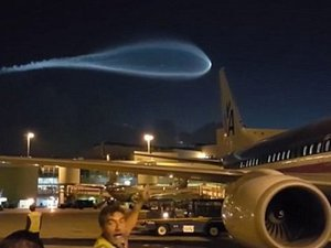 UFOか、隕石か、世界の終わりか!? マイアミ空港に現れた超巨大な青白い光の正体は?
