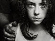 【近親相姦】「パパが体を撫でまわす…」悪夢の姉妹丼 ― 実娘2人を24年間で18回妊娠させた英国史上最悪の親父