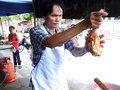 """【現地取材】タイのびっくり人間はレベルが違う! オッサンが唐揚げを""""素手で""""揚げるようになった驚愕の理由"""