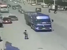 【閲覧注意】不気味なほど冷静な自殺 ― 大型トラックの後輪に滑り込んで潰れた男=中国