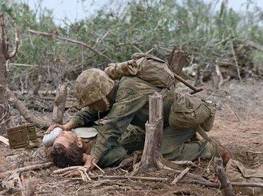 眼前によみがえる硫黄島の死闘! 歴史的瞬間を捉えた写真が続々カラー化、臨場感がハンパない!